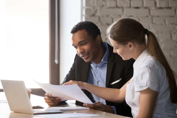 Qual a diferença entre o empréstimo físico e o empréstimo online?