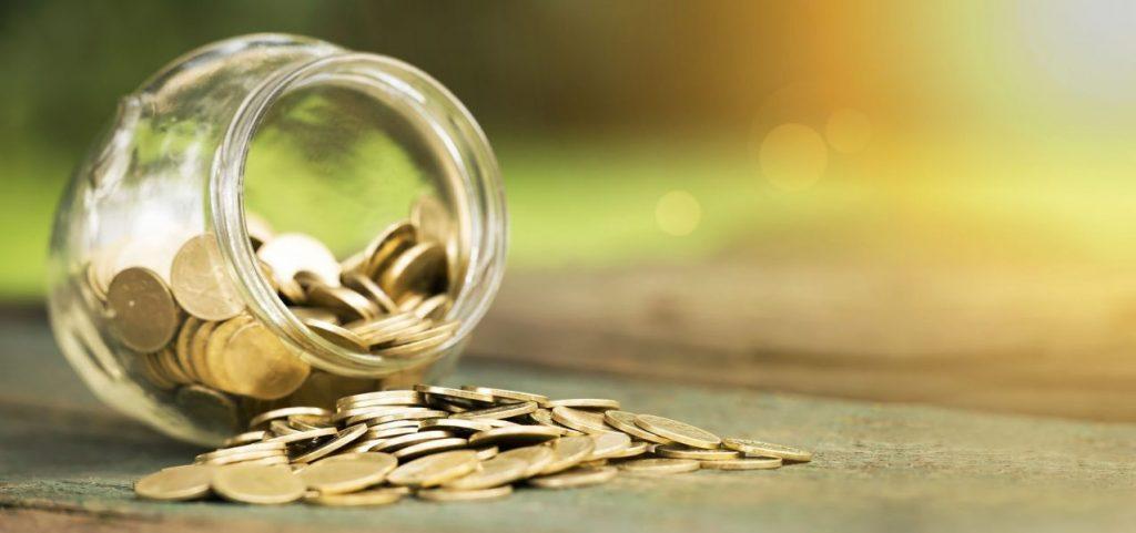 pote caído com moedas
