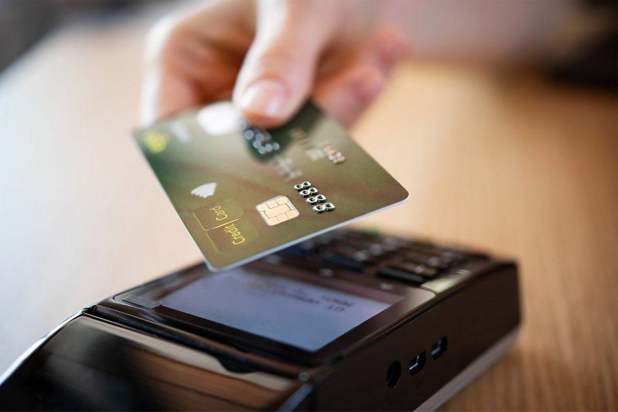 pessoa pagando com cartão de credito