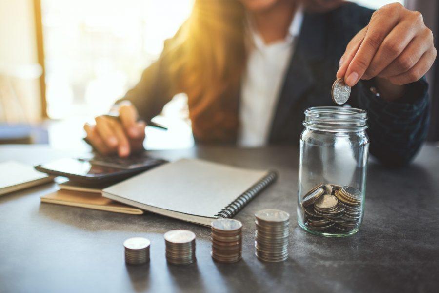 mulher colocando moedas em um pote