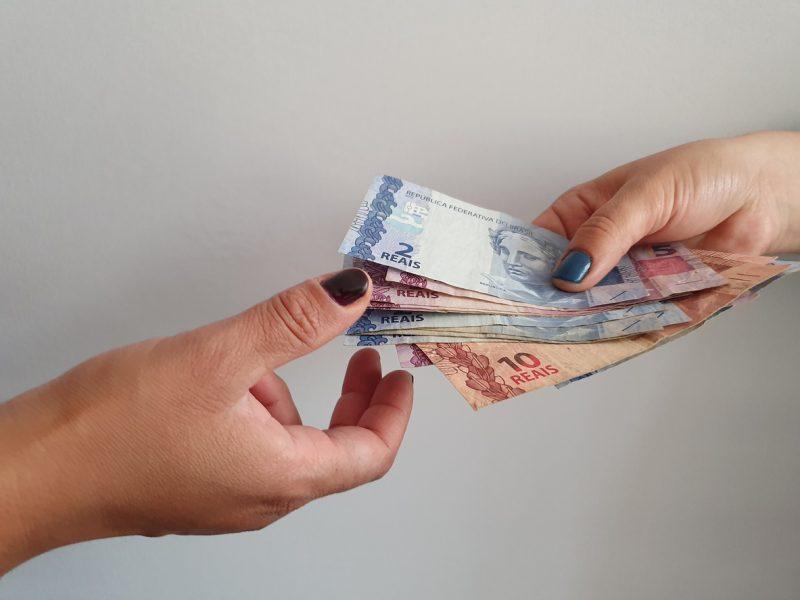 mão pegando dinheiro