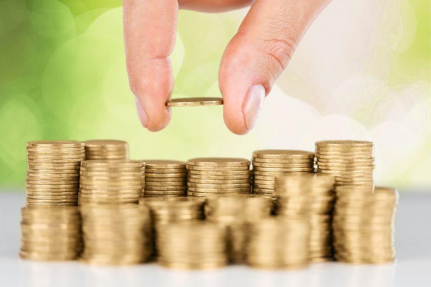 mão pegando moedas