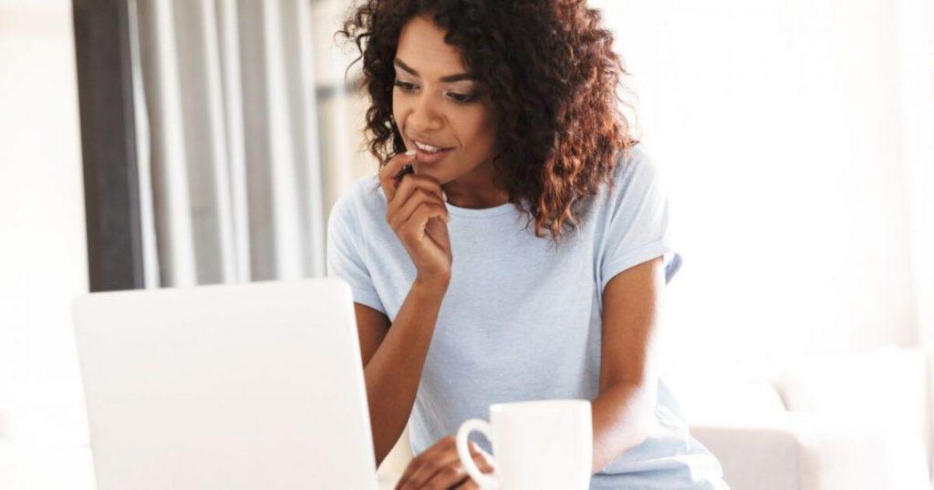 mulher olhando computador