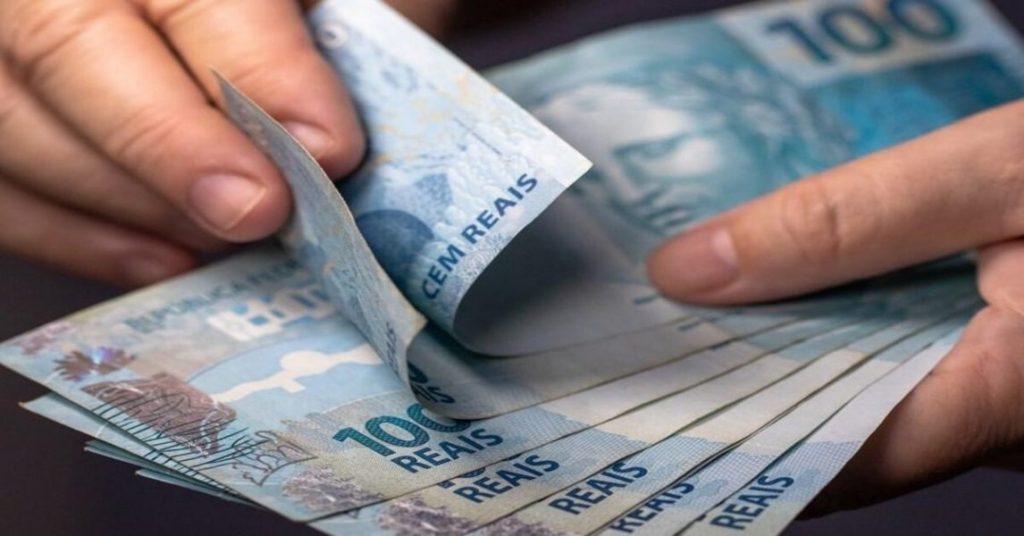 mão contando dinheiro