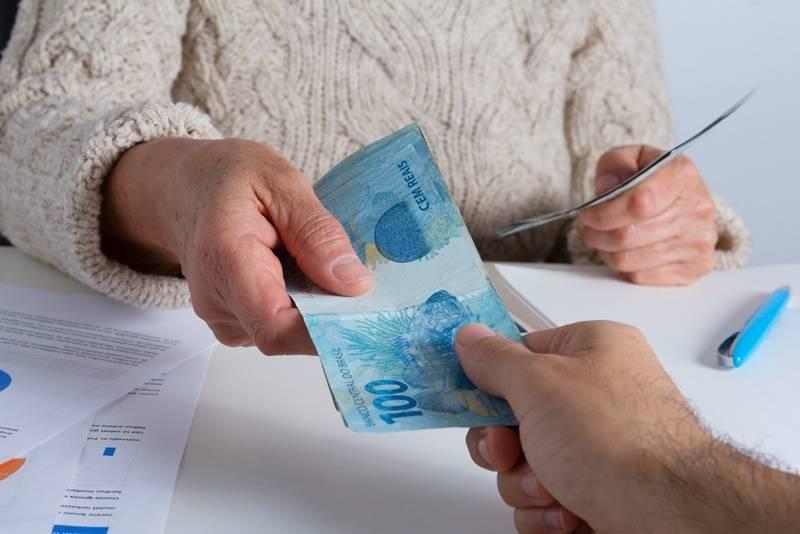 pessoa emprestando dinheiro