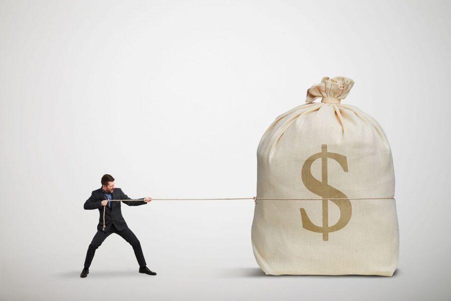 pessoa puxando saco de dinheiro