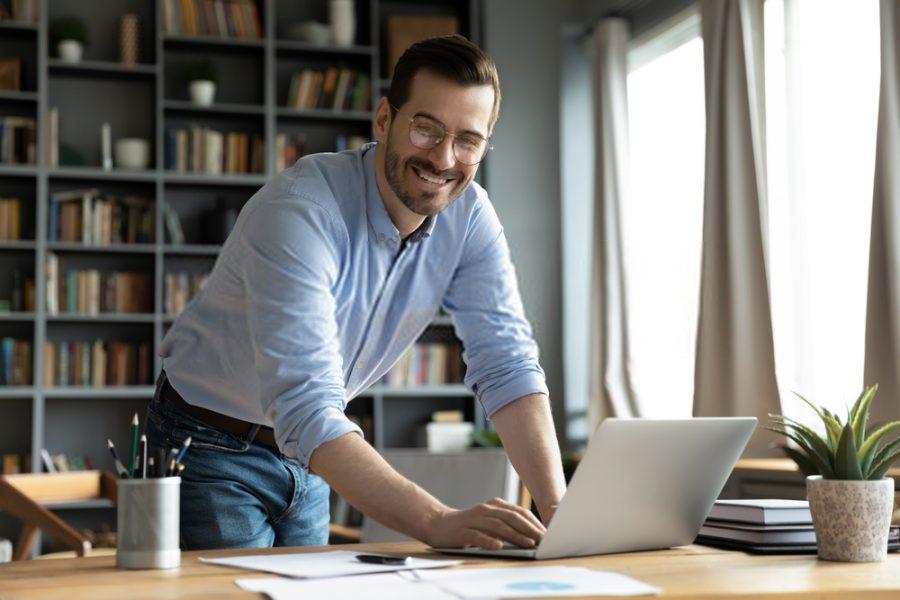 empresário e computador