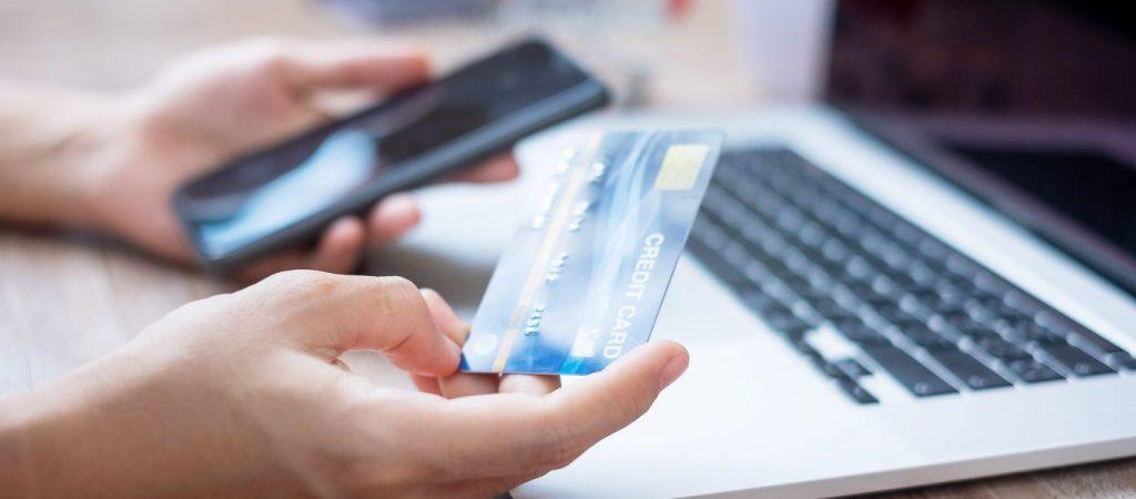 pessoa com cartão de credito
