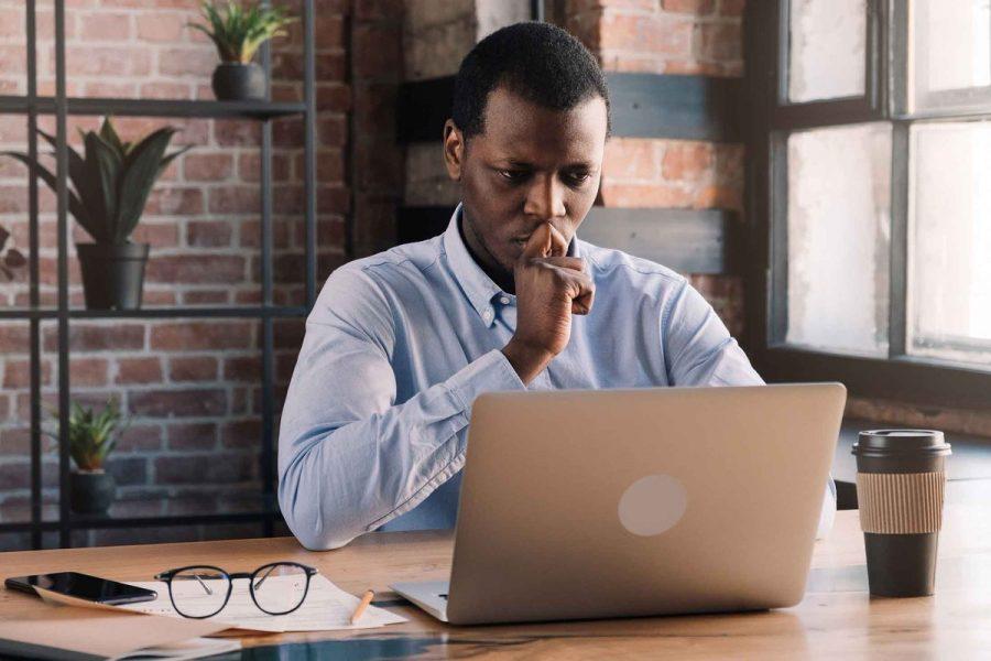 homem pensando computador
