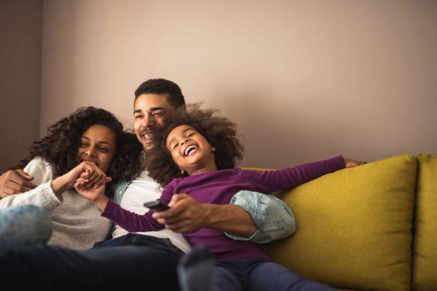 família no sofá feliz