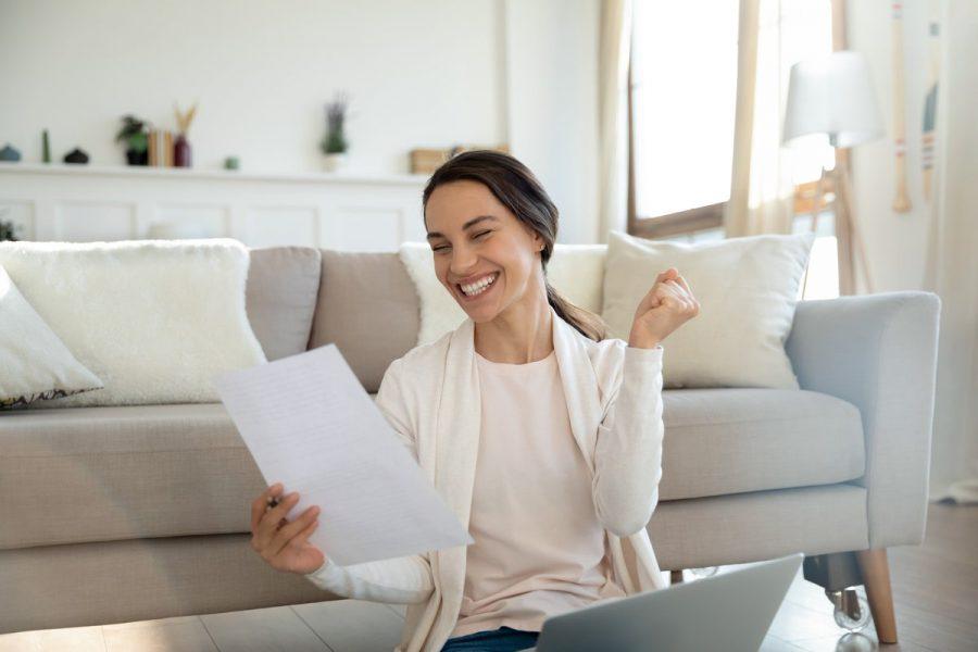 mulher feliz com empréstimo
