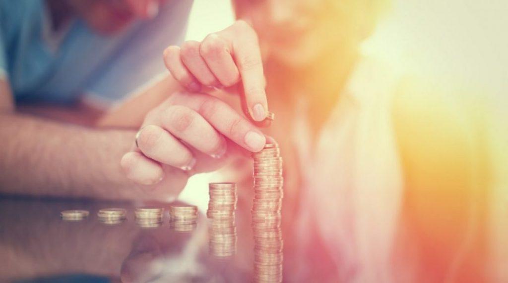 casal com moedas