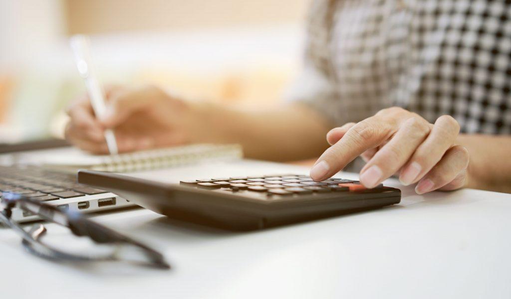 pessoa calculando empréstimo