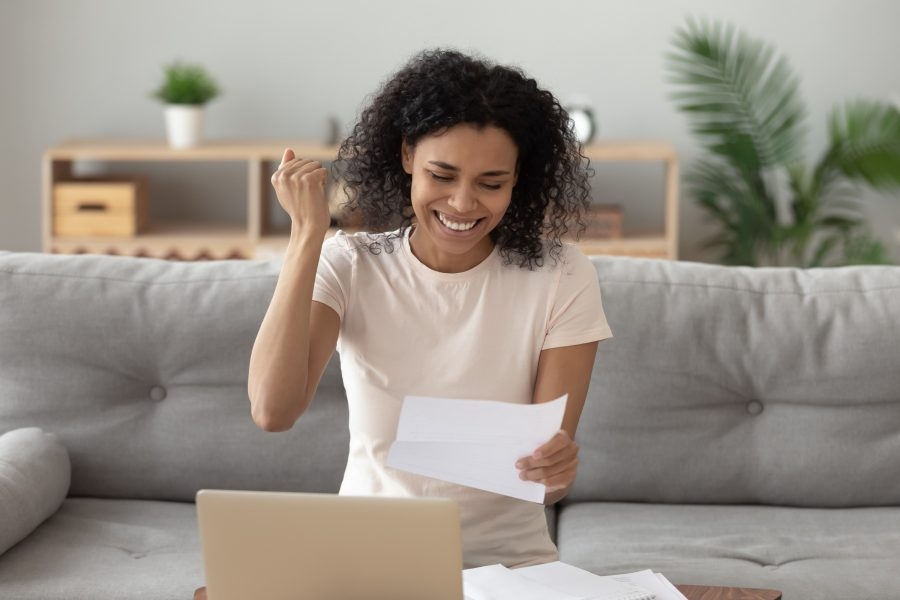 mulher feliz computador