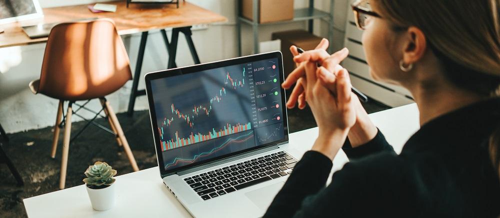 mulher analisando o mercado de ações