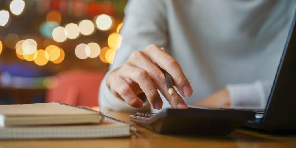 mulher usando uma calculadora